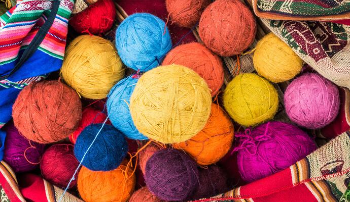 Wollknäuel aus Peru in einer Aguayo-Decke