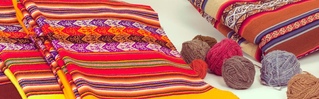 Bunte Decken aus Peru aus Aguayo-Stoff