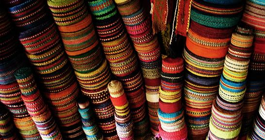 Bunte Stoffrollen aus Peru