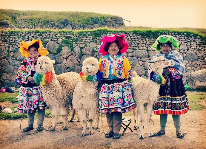 Quechua-Frauen mit Lamas