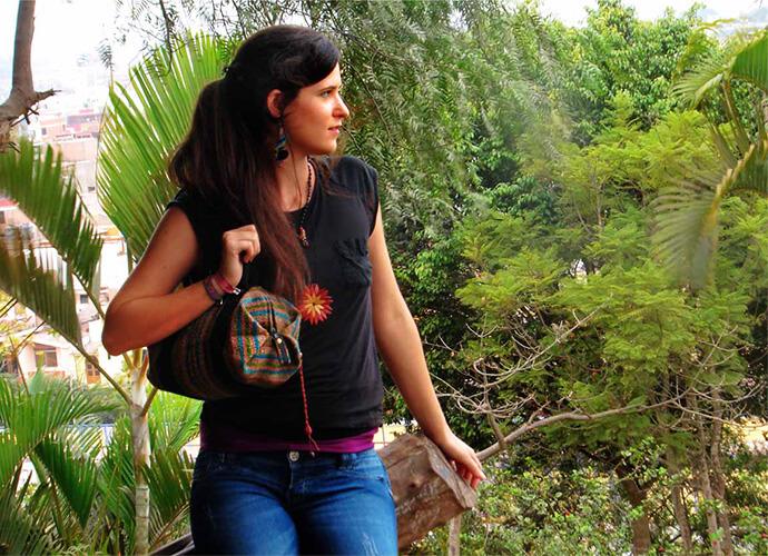 Mädchen mit Handtasche aus Peru